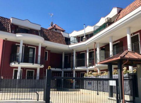 Vebo2 progettazione e costruzione di palazzina residenziale colore rosso amaranto con colonne bianche ad Alpignano (To)